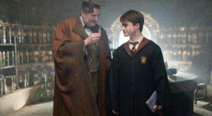 Harry Potter nhận lọ Phúc Lạc Dược